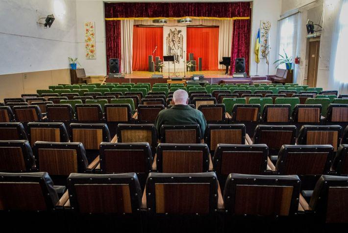Un hombre espera a que empiece el espectáculo en la Casa de la Cultura