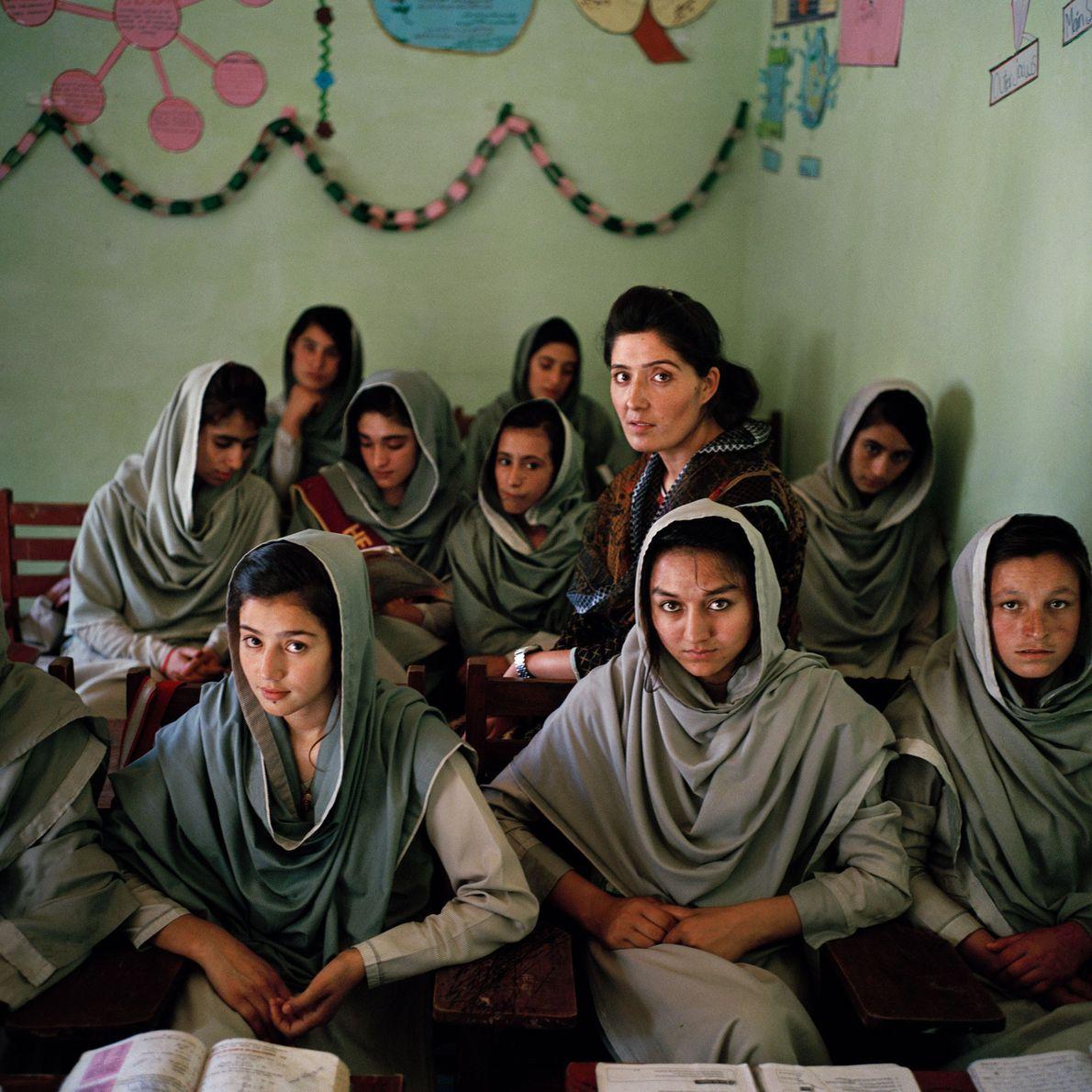 Nadia Khan, una profesora ismaelita de 23 años, sentada entre sus alumnas. Los ismaelitas de Pakistán …