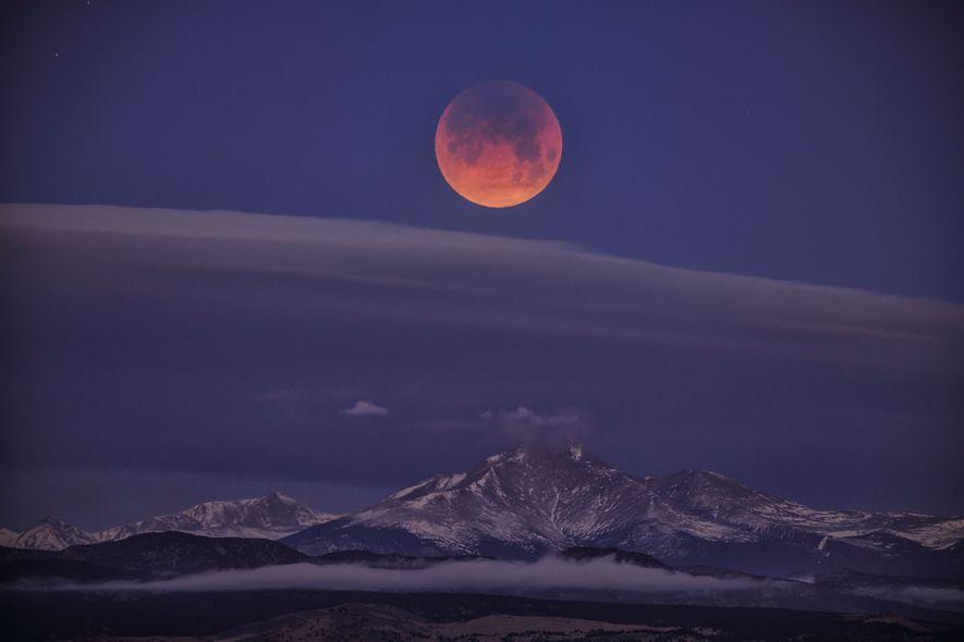 Pese a las nubes, el eclipse de superluna azul de sangre se vio sobre el monte …