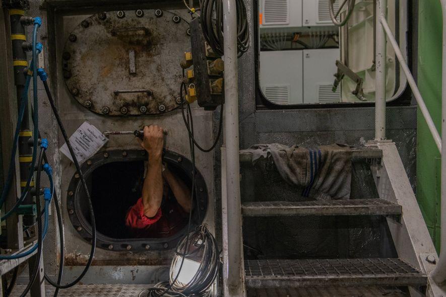 Un trabajador de mantenimiento entra en los tanques de combustible del Polarstern. El Polarstern es un ...