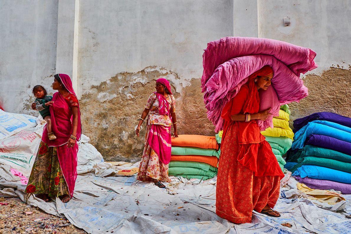 Mujeres recogiendo saris