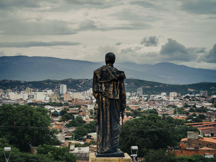Una estatua de Simón Bolívar sobre una colina con vistas a la ciudad de Cúcuta, Colombia. ...