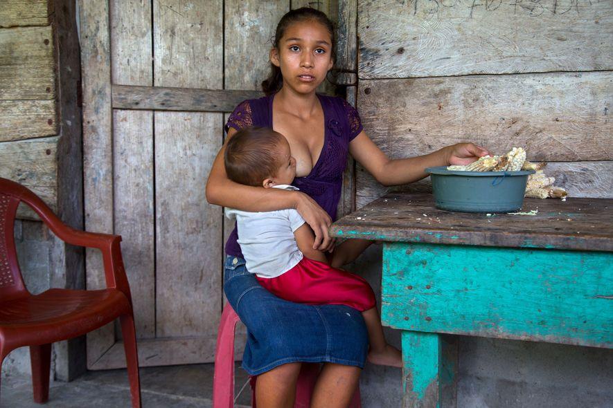 Araceli, 15 años, sostiene a su hijo en 2014. Según un estudio de 2012 del Censo ...