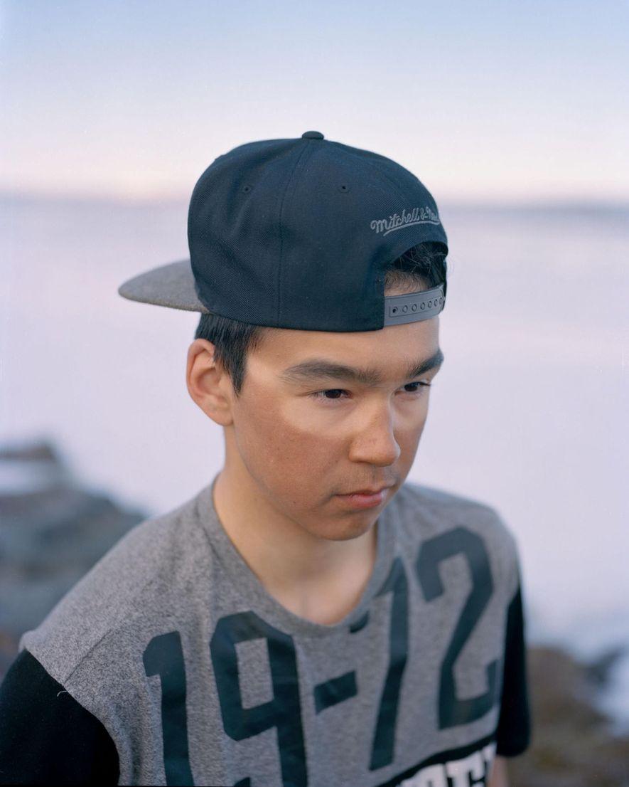 Owen Willie, de 18 años, caza ánsares nivales en el remoto campamento de su familia en ...