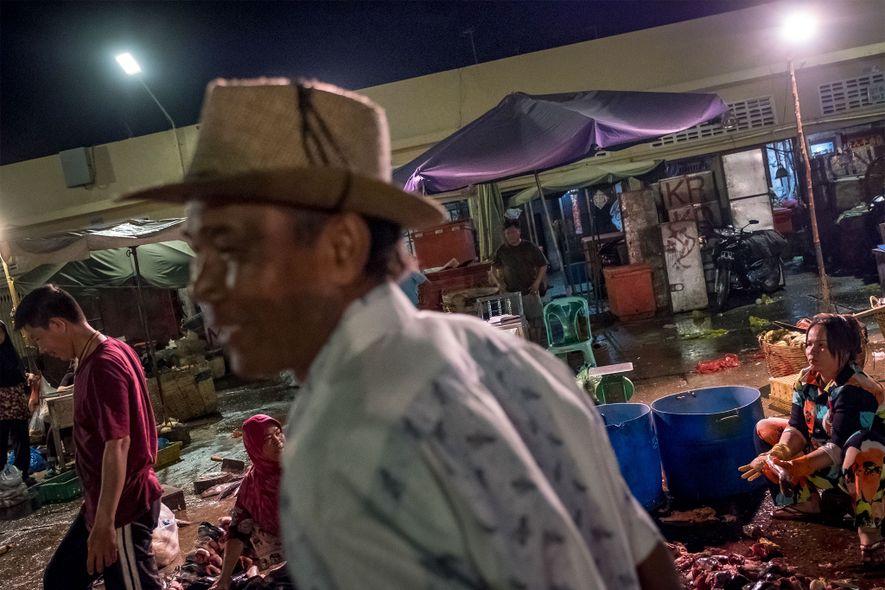 Unos trabajadores compran peces en un puerto de la autopista nacional 5 de Camboya, uno de los principales proveedores de Phnom Penh y sus alrededores.