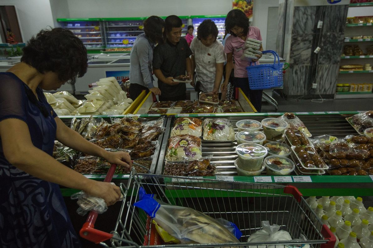 Clientes de un supermercado de Piongyang