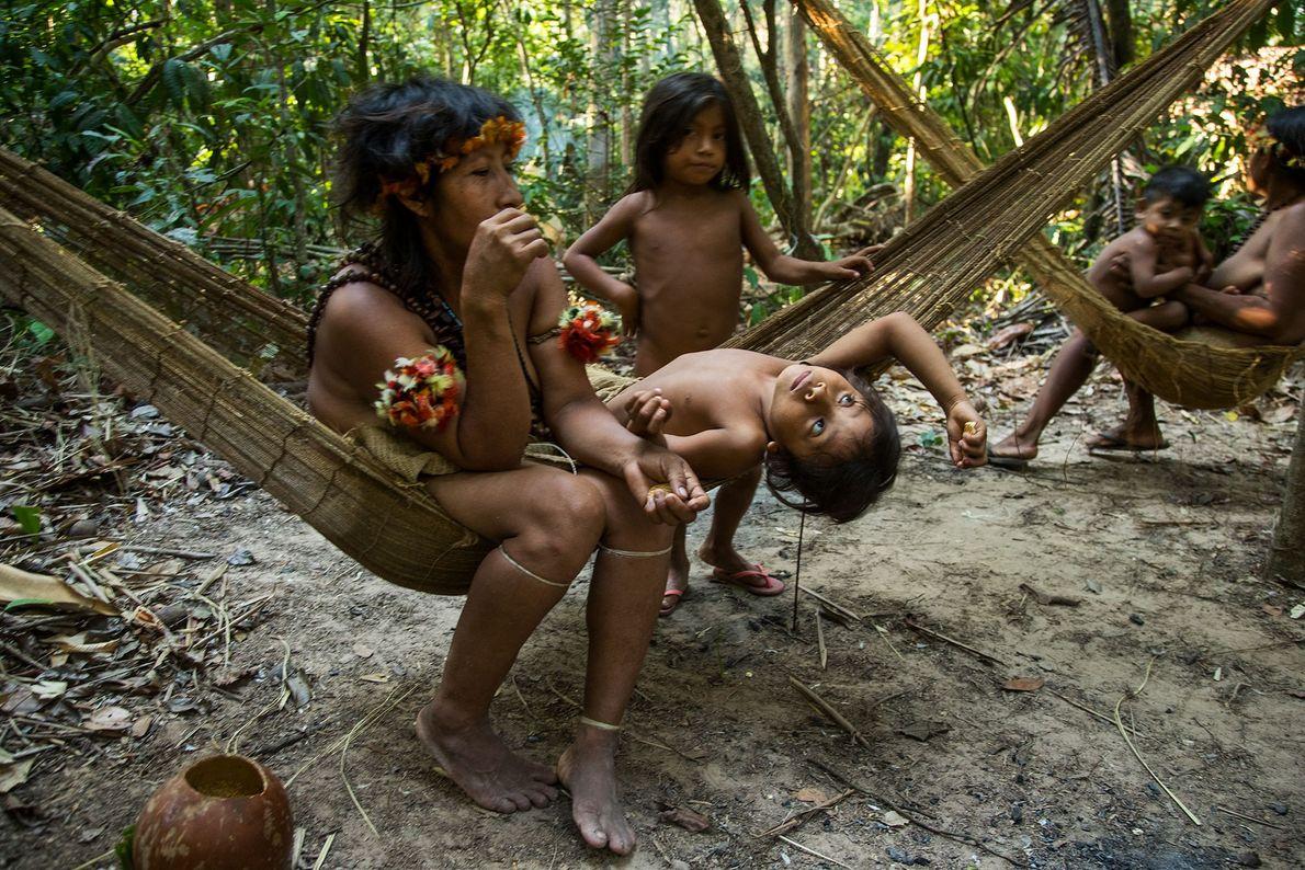 Una mujer con los niños