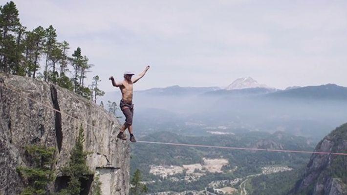 Estremecedor: equilibrista de slackline bate el récord mundial