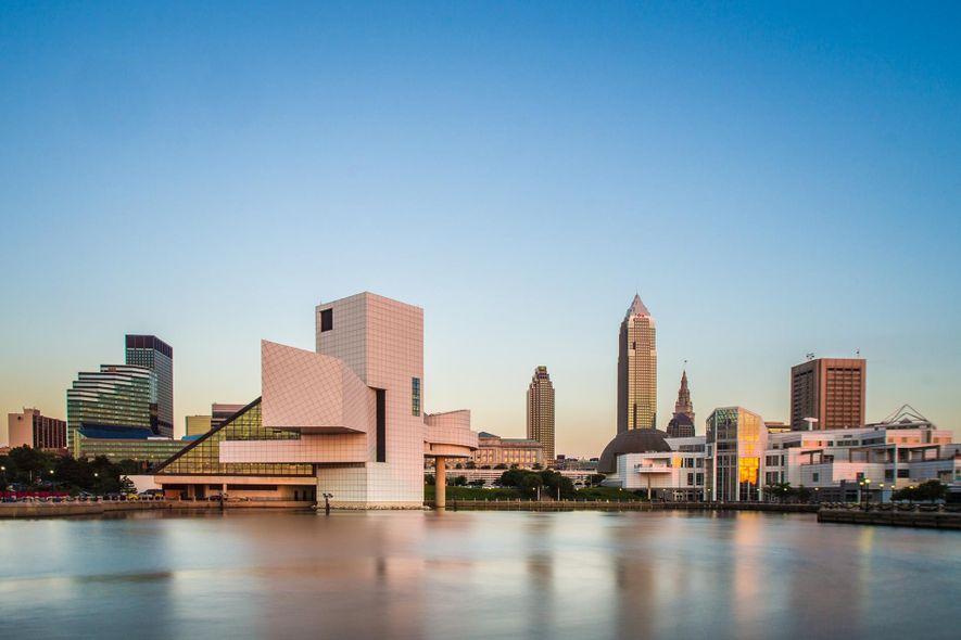 El Rock and Roll Hall of Fame añade carácter al horizonte de la ciudad de Cleveland.