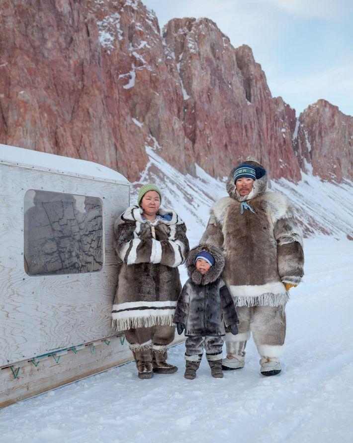 Valerie y Michael Qaunaq y su hijo