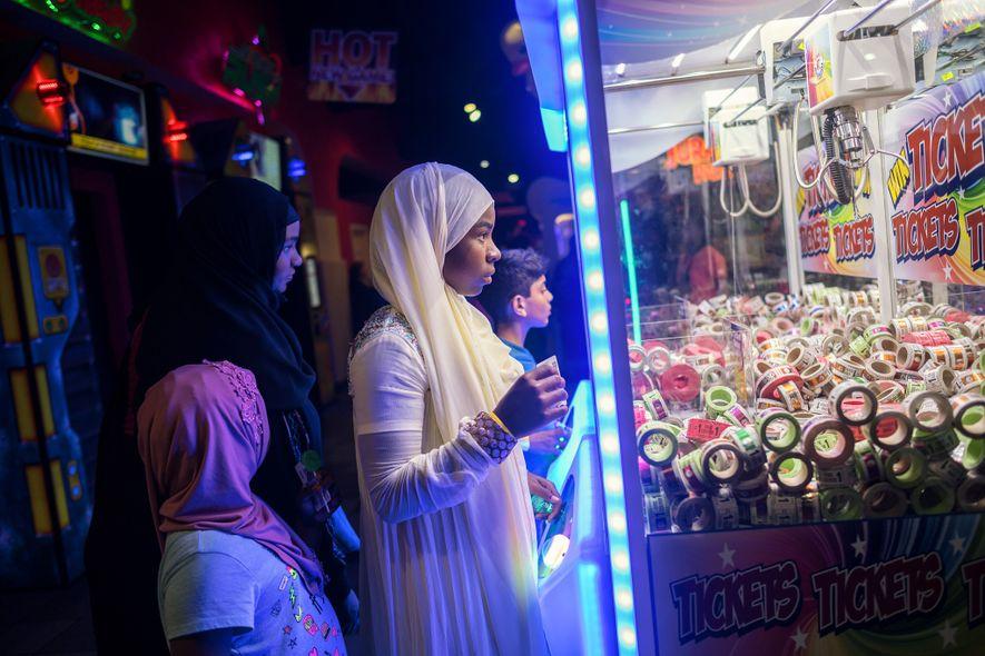 Unos niños musulmanes se divierten en una sala de juegos del condado de Orange, California, en ...