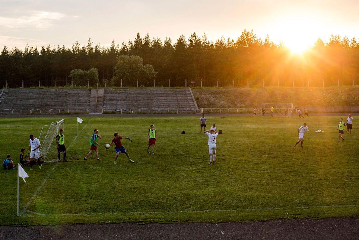 Los chicos juegan al fútbol