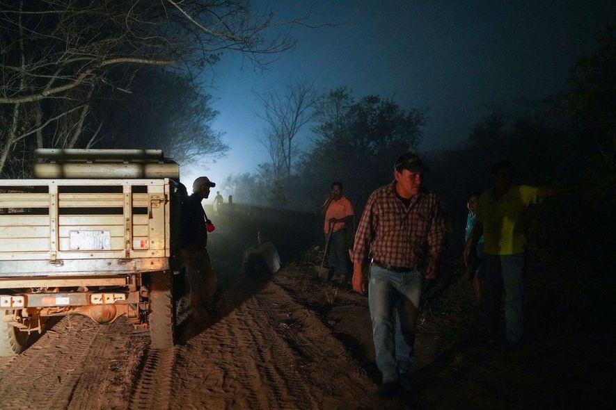 Los voluntarios del cercano San Lorenzo se preparan para combatir nuevos incendios que han rodeado su ...
