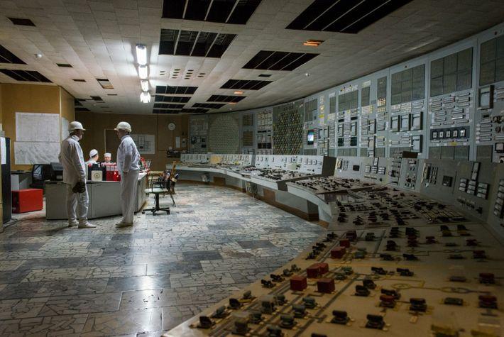 Trabajadores de la sala de control del reactor 2
