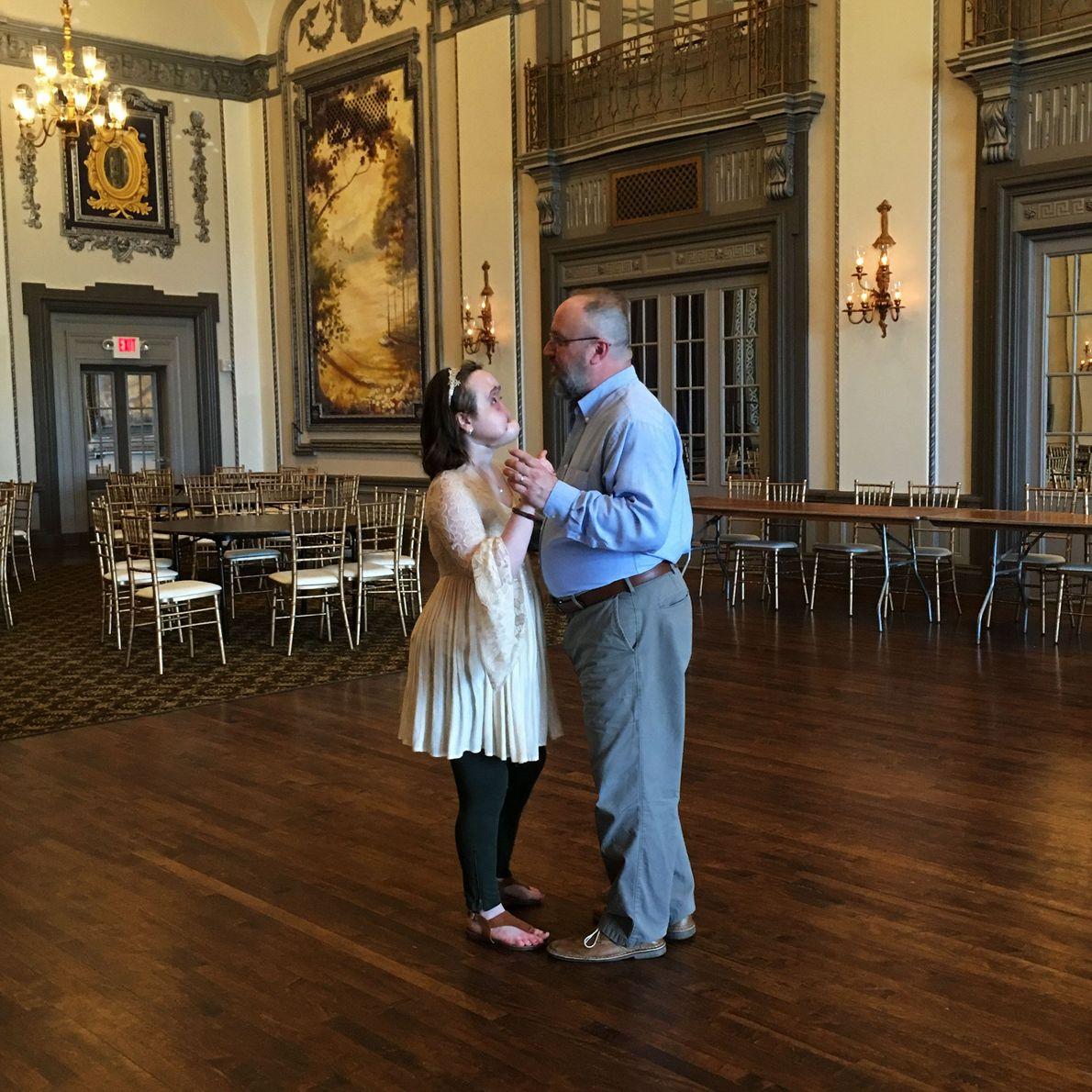 Katie y su padre bailando