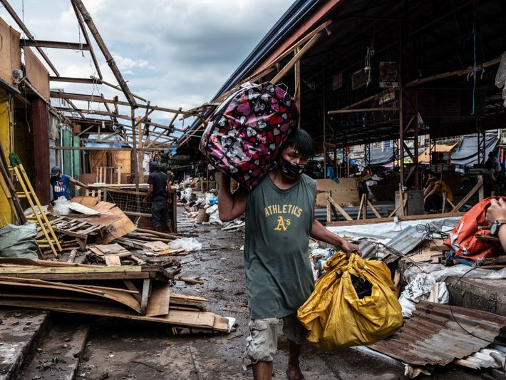 Foto de un hombre en el mercado de Bambang
