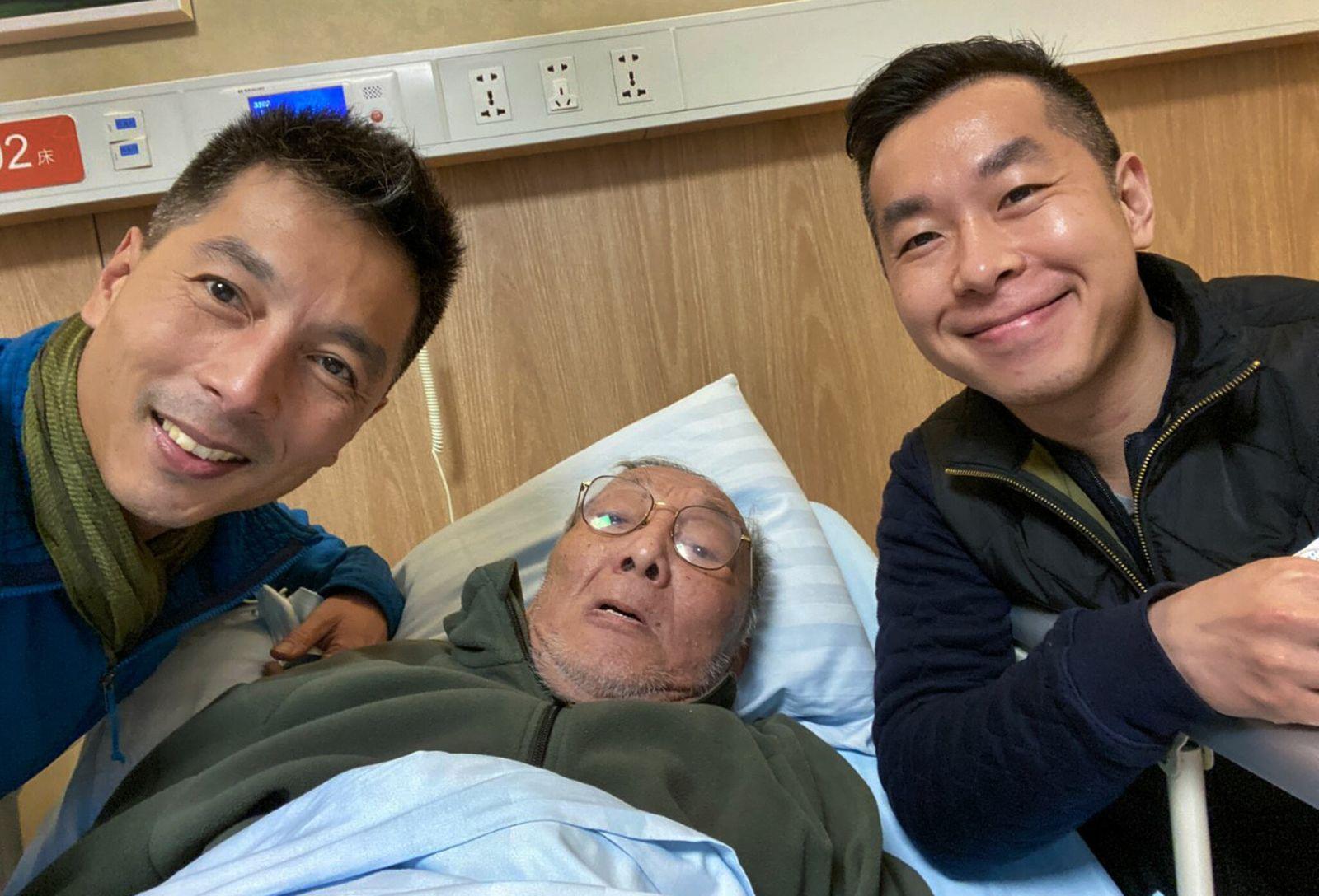 Jin se saca un selfi con su hermano y su padre