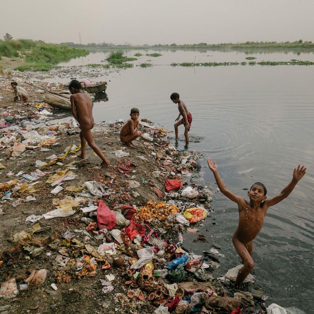 Imagen de niños que viven debajo del Viejo Puente de Hierro, mientras rebuscan entre los deshechos ...