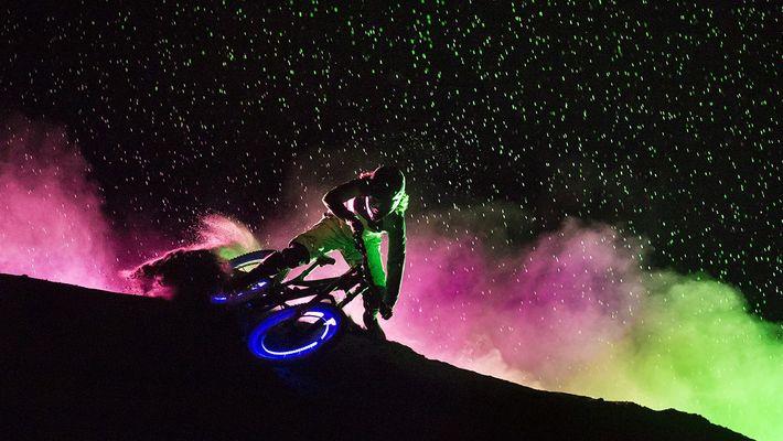 Espectacular downhill nocturno con bicicletas fluorescentes