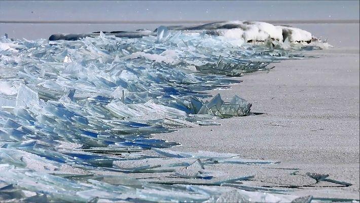 Surrealistas fragmentos de hielo apilándose en las orillas del Lago Superior