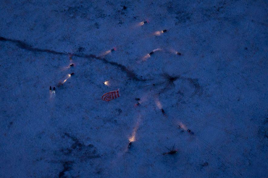 La Soyuz TMA-02M aterriza en un área remota a las afueras de Arkalyk, Kazajistán, el 22 ...