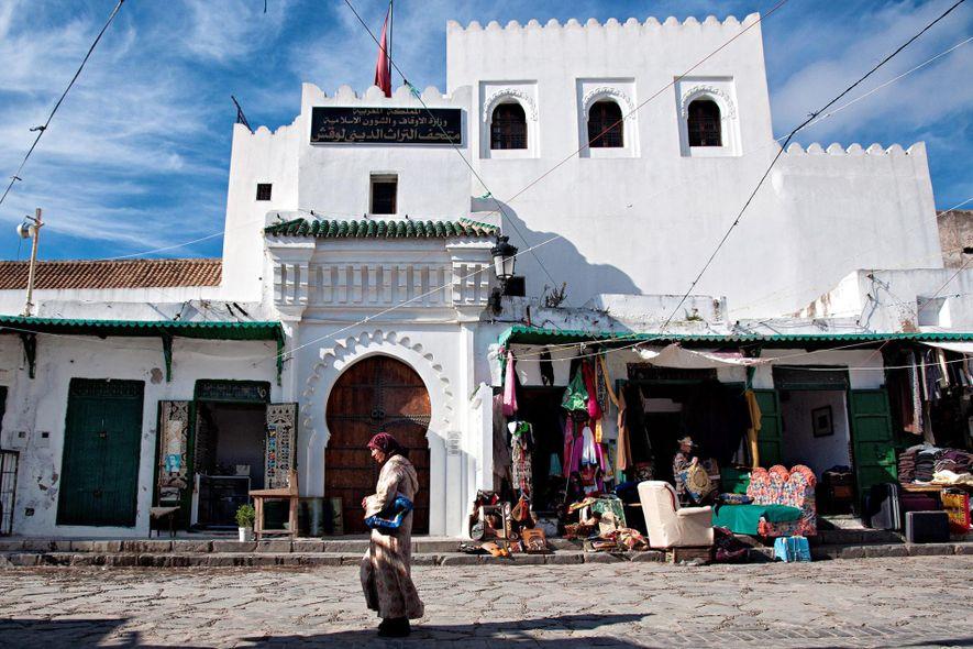 Una mujer atraviesa un mercado en la medina de Tetuán, Marruecos.