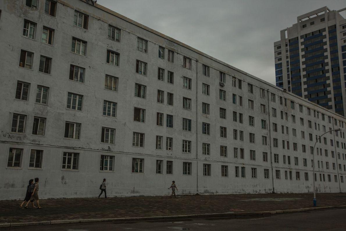Viajeros frecuentes frente a un edificio de apartamentos