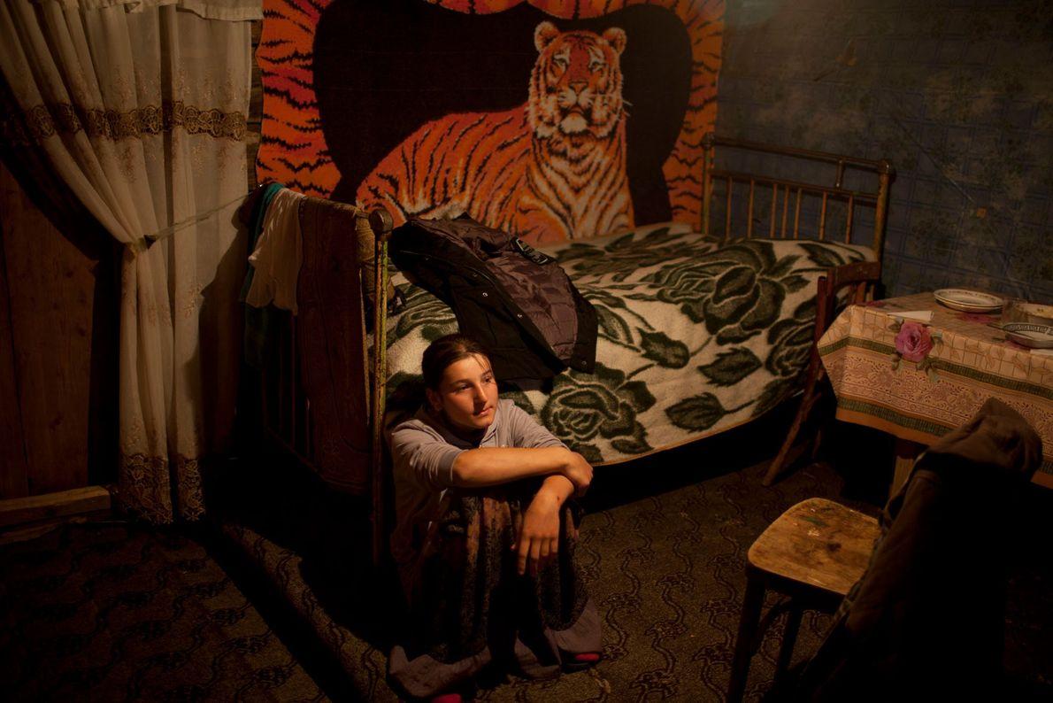 Imagen de una niña sentada en su habitación
