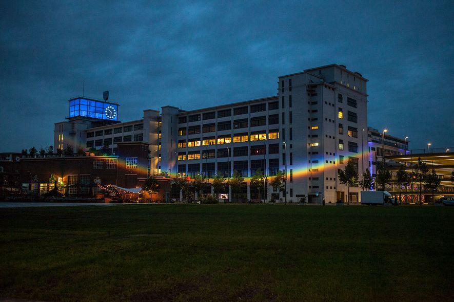 Arcoíris proyectado en un lado del Klokgebouw en Eindhoven, Países Bajos, para la exposición de 2016 ...