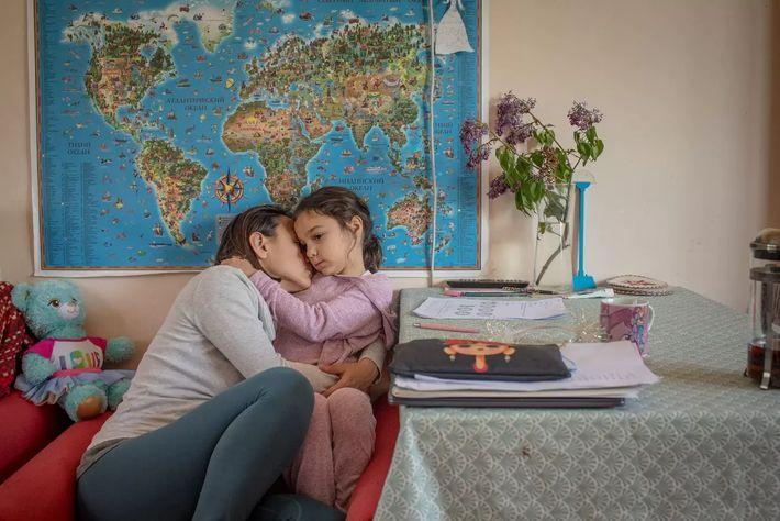 La fotógrafa Anush Babajanyan abraza a su hija Ella