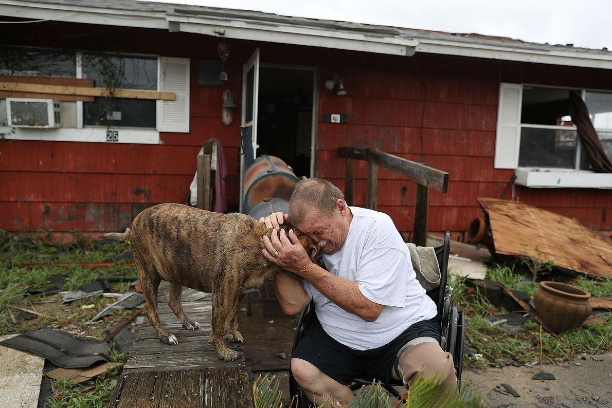 Steve Culver llora con su perro Otis