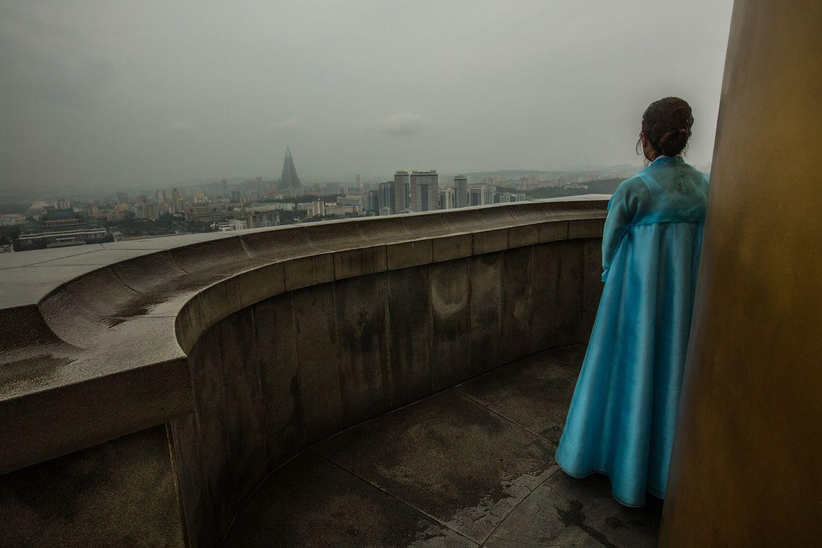 Una guía contempla Piongyang desde la torre Juche