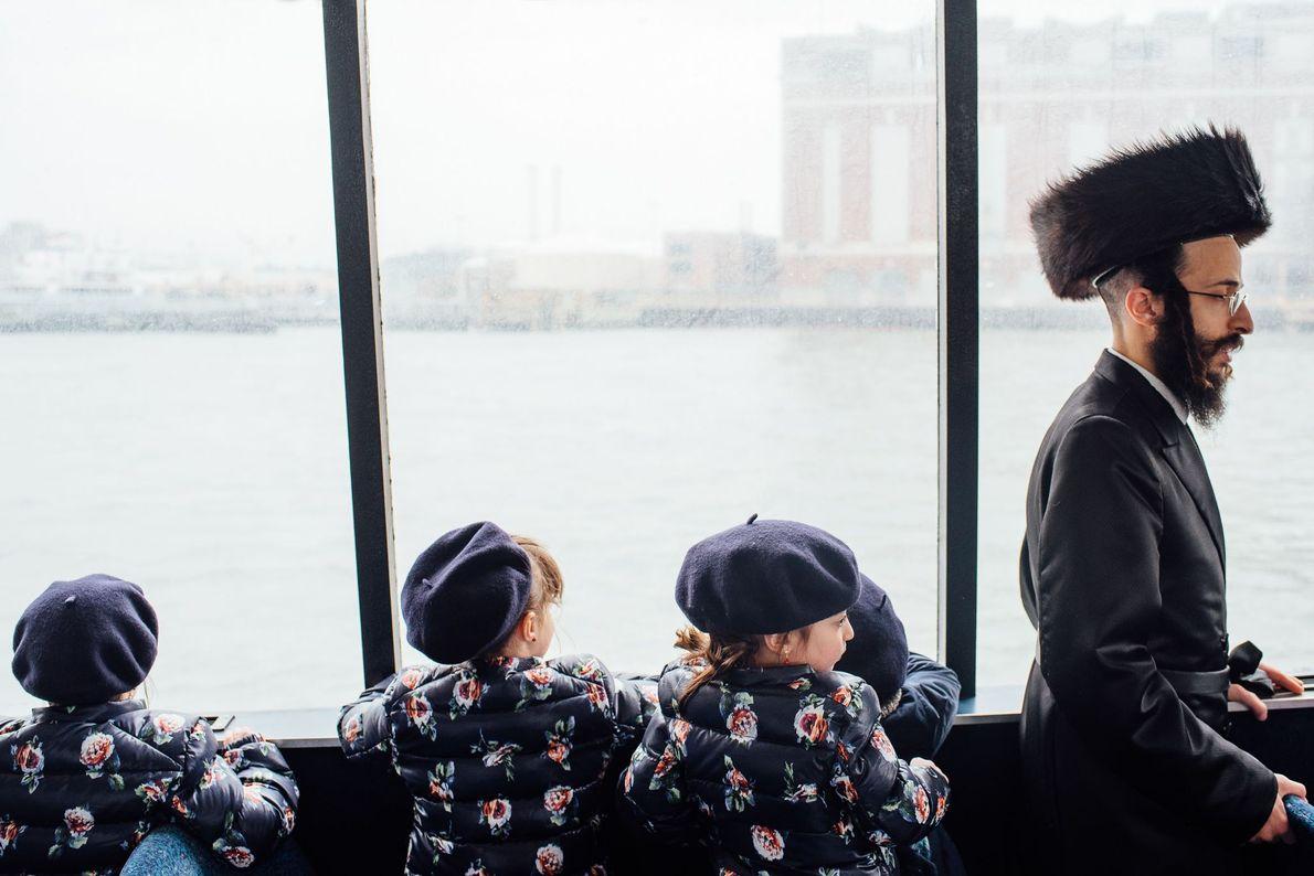 Imagen de una familia cogiendo el ferry en Nueva York