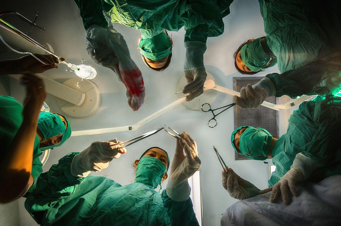 Imagen de cirujanos listos para una operación