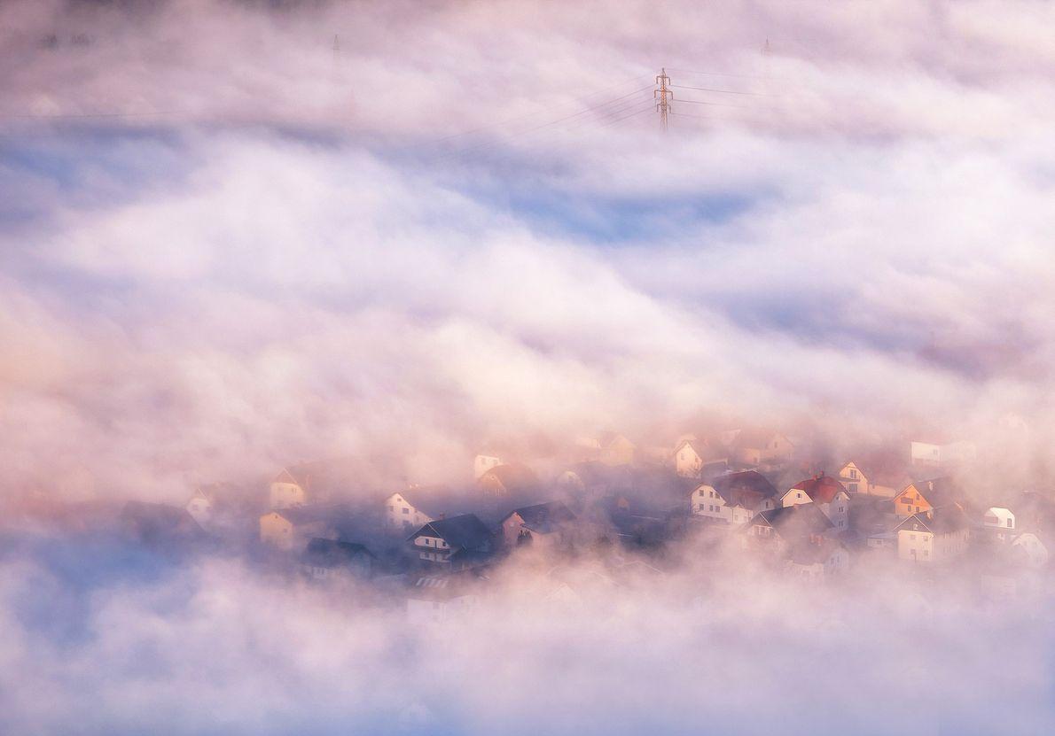 Imagen de niebla al alba sobre un pueblo