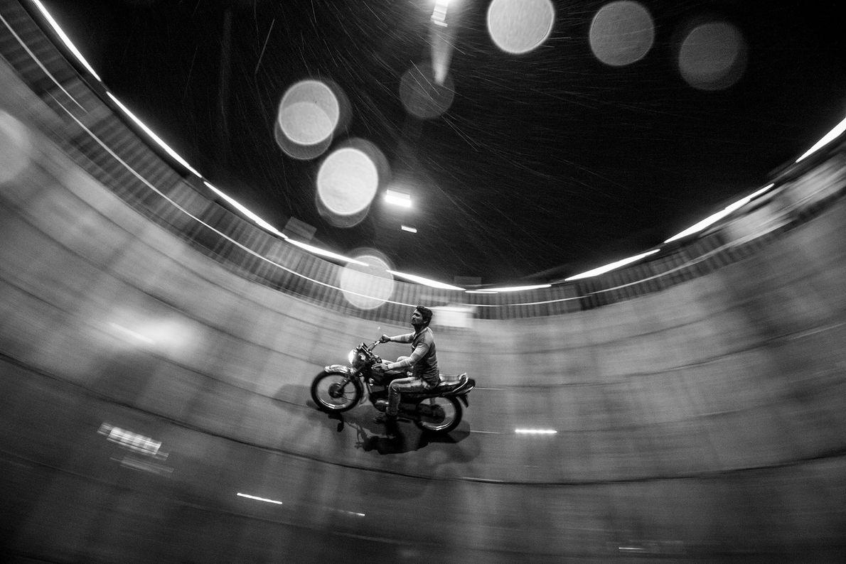 Imagen de un hombre en su motocicleta dando vueltas en un pozo vacío