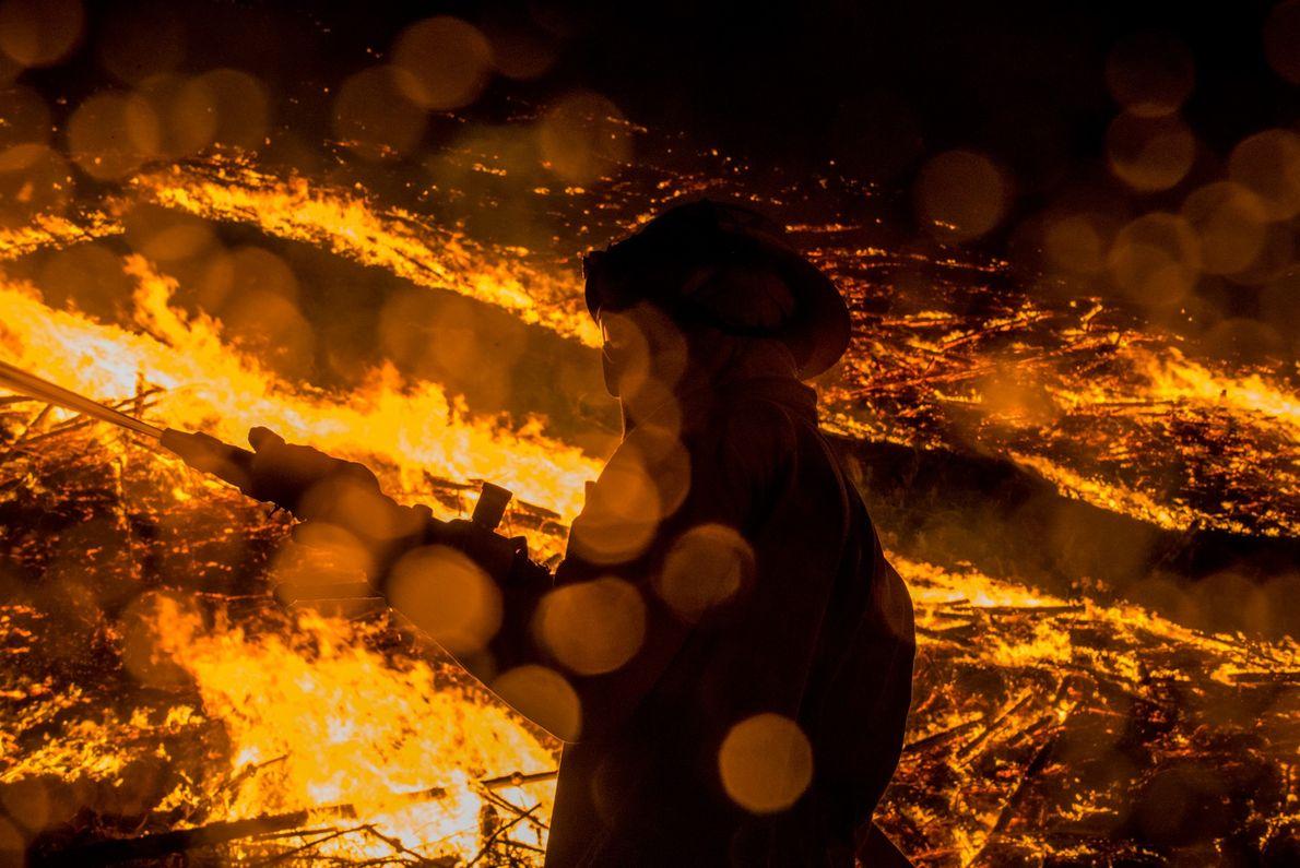 Foto de un bombero en un incendio forestal