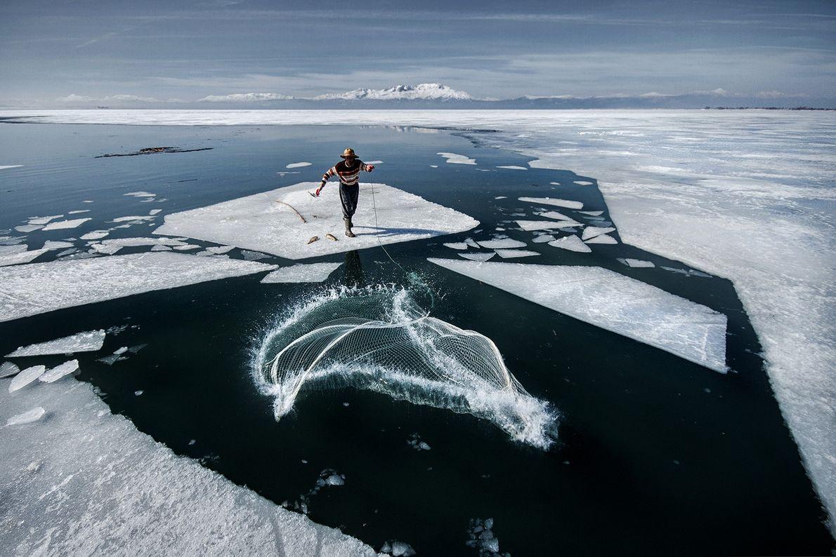 Imagen de un pescador en el hielo