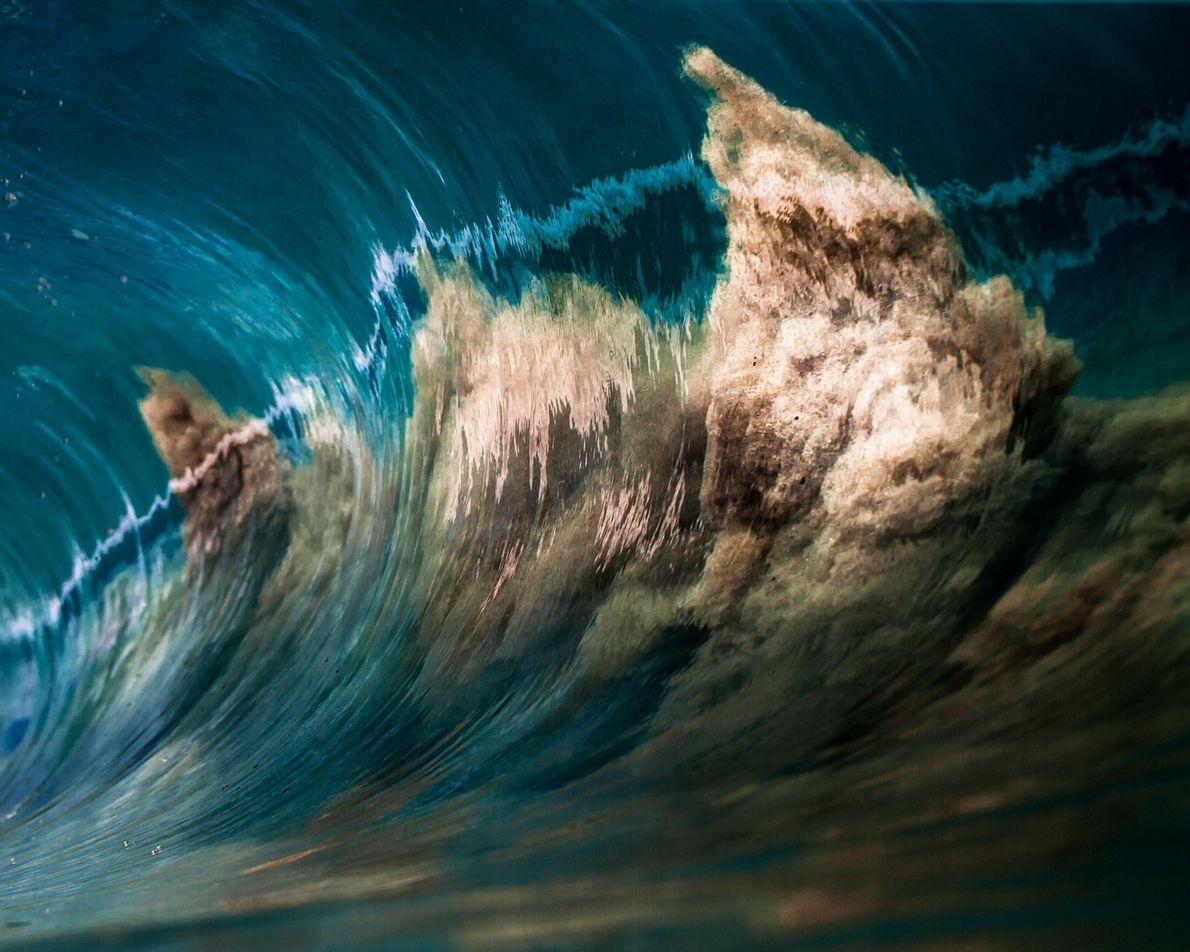 Imagen de arena sobre una ola