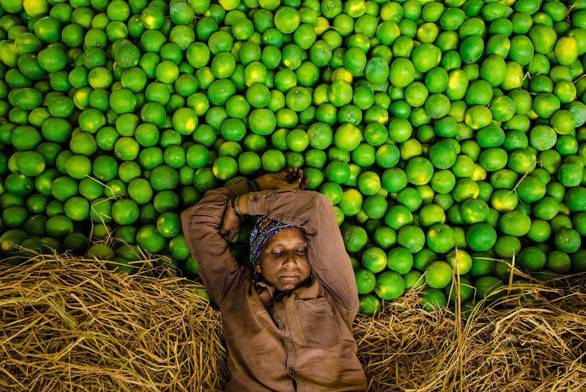 Imagen de un vendedor de fruta en India