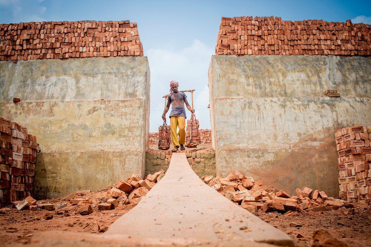 Imagen de un trabajador del ladrillo en Bangladesh