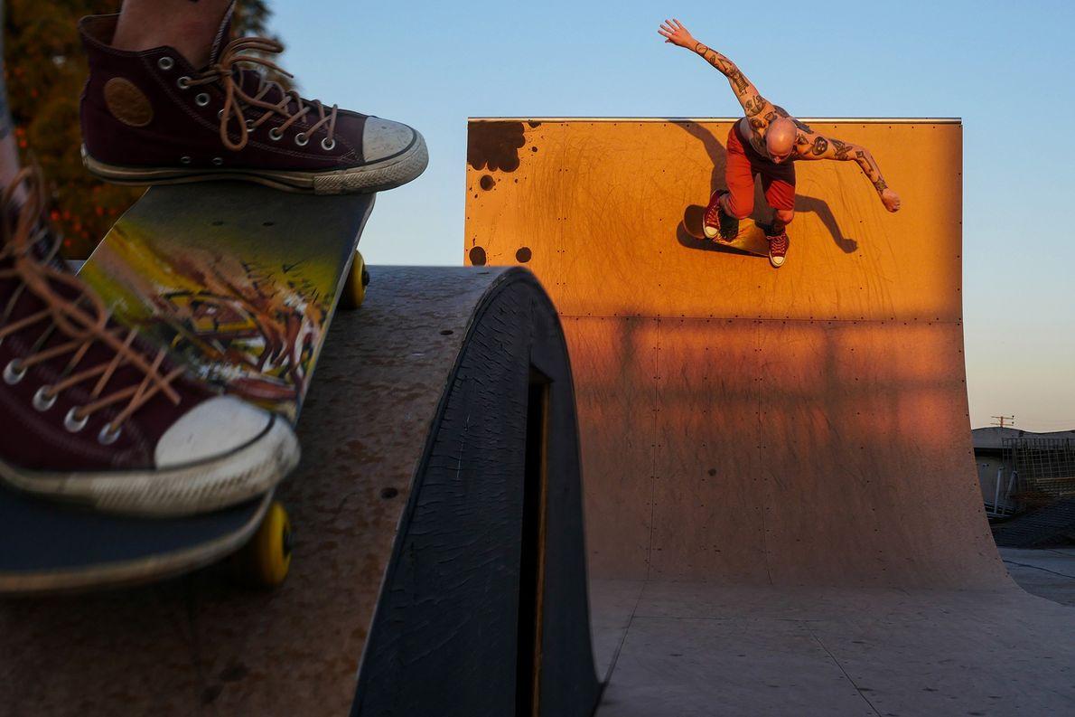 Imagen de un skateboarder en una rampa