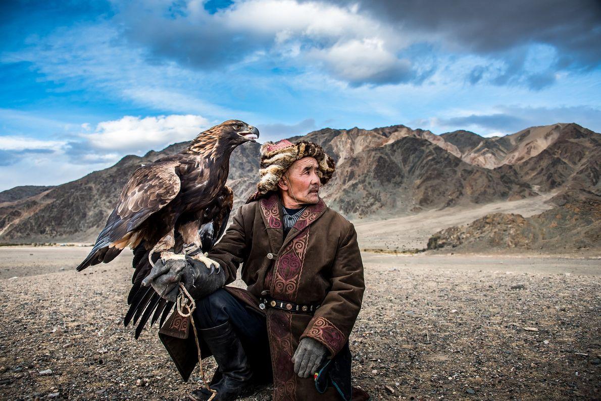 Foto de un cazador mongol y su águila