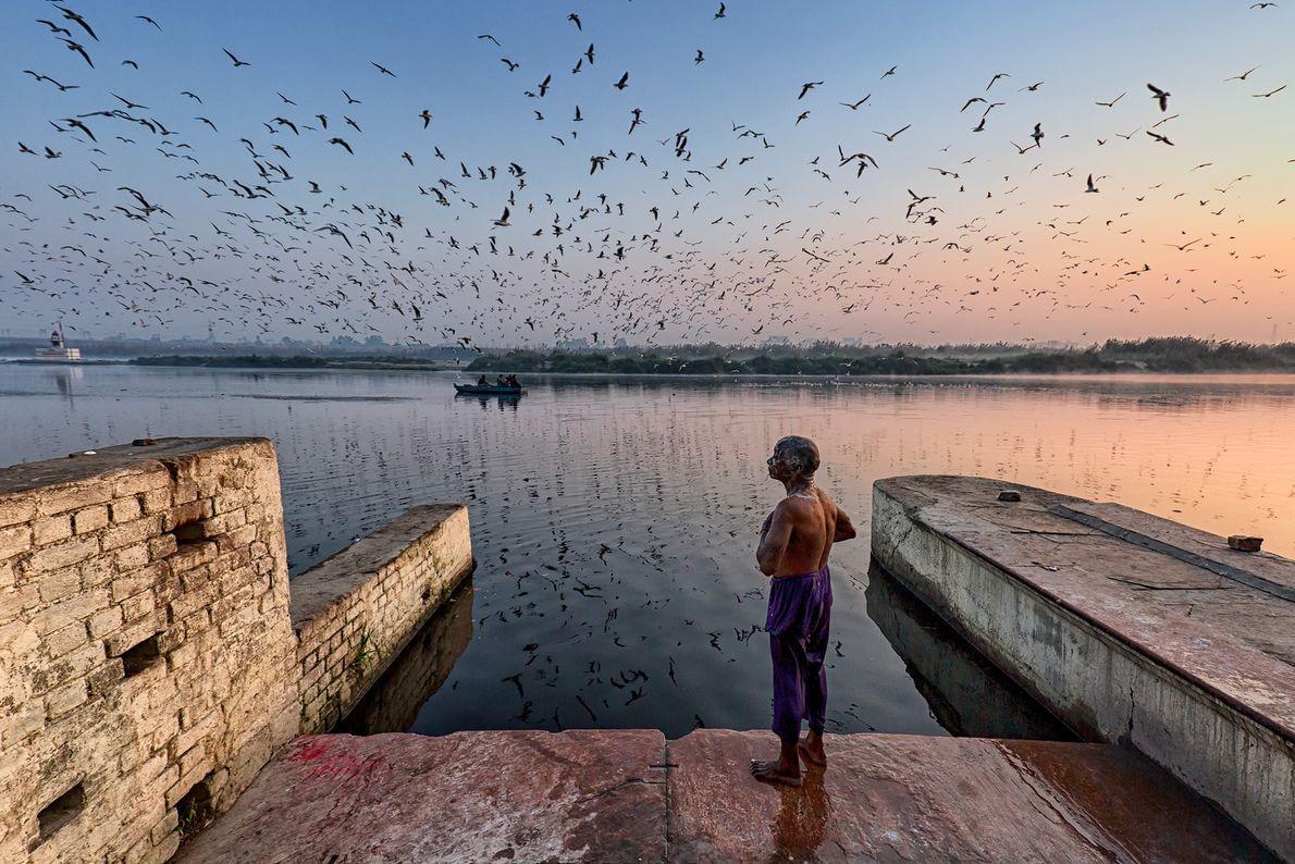 Imagen de un hombre a orillas del río Yamuna