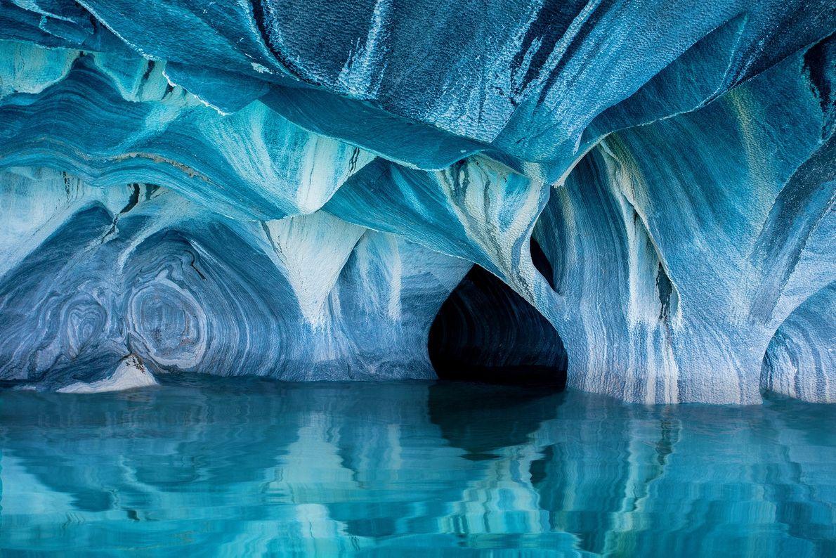 Imagen de cuevas de mármol azul y blanco en un lago