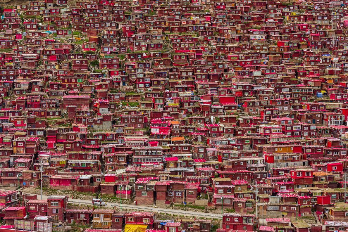 Foto de casas rojas para los monjes budistas en China