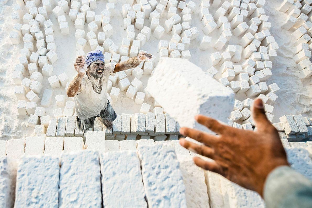 Foto de los trabajadores de ladrillos de piedra caliza en Egipto