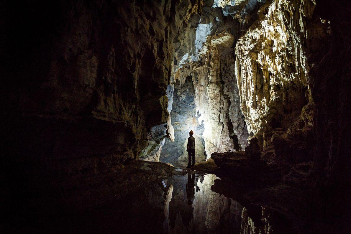 Imagen de una persona de pie en una cueva en Vietnam