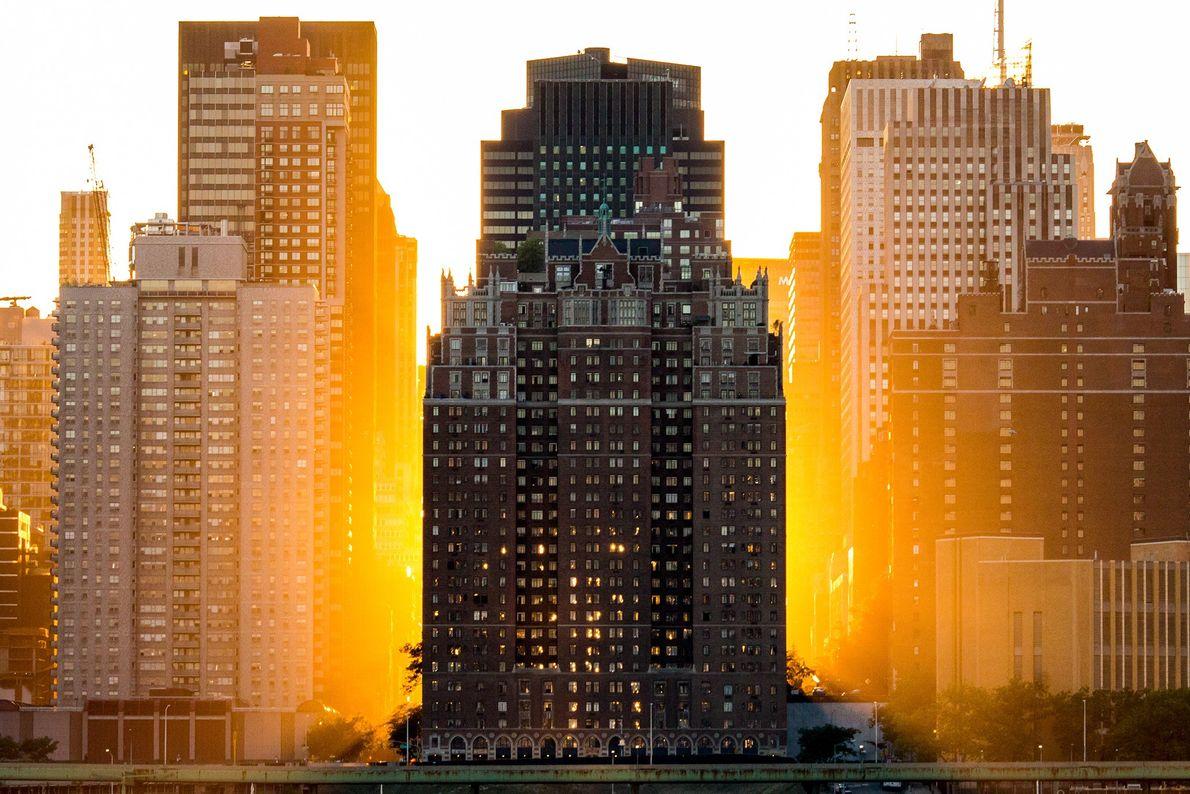 Foto de la puesta de sol detrás de un edificio de apartamentos