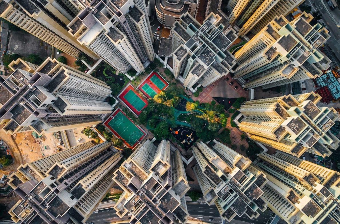 Foto de edificios de apartamentos que rodean un pequeño parque en Hong Kong